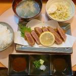 博多 悠牛亭 - ご飯・かき玉汁・キャベツとポテサラ付きで、ご飯はおかわり自由だったと思います。 卓上の美味しい昆布の佃煮も取り放題。