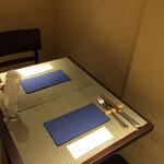 Gemelli   - 奥にはテーブル席があります。