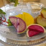 朝とった魚 薩摩じんべえ - 無農薬野菜盛り合わせ、黒酢豆乳ソース