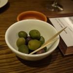 ビストロ 熟肉 - お通し(オリーブ)
