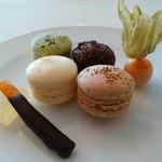 レストラン クレッセント - 自家製マカロン(抹茶・レモン・黒糖)ファブルト ほおずき オレンジピールチョコ 柚子ゼリー