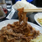 中国料理 登龍 - お肉の箸上げ、柔らかいんです。