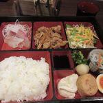京のあかり - 蕎麦をいただいてるとこの日の日替わり定食がテーブルに運ばれてきました。