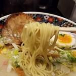63126381 - 麺は細めのストレートで、やや固めの茹で加減