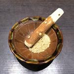 とんかつ浜勝 - 擂り鉢に炒り胡麻
