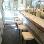 北新地 とり食堂 - 1階はカウンター5席のみ