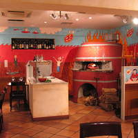 ダ・パスクワーレ - 店内には赤い石窯からピッツァの香りがただよう