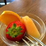 洋食ますだ - 今回のフルーツは、メロン、苺と、柑橘系、ネーブルだったかな?(2017.2.28)