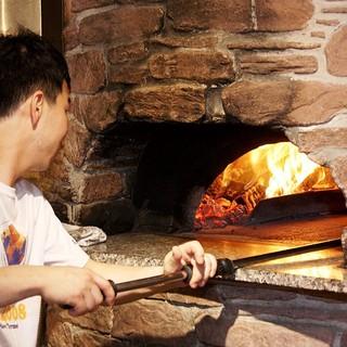 薪焼き石窯で焼きあげる本格ピッツァ