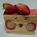 63244670 - まったりバタークリームとキルシュ風味のクレームムースリーヌが、苺と一体感抜群