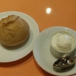 63255304 - 桜チップ燻製のホイップバターとパン