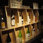 酒の九州 - 酒瓶と説明を見て決められます。ちょっと狭い場所ですけどね