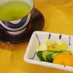 吉塚うなぎ屋 - 香の物、茶