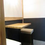 厚切り牛かつ専門店 神戸 牛かつ亭 - 内観:テーブル席