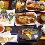 福浦漁港 みなと食堂 - 地サバと赤ガレイ定食 2,280円 上に見切れてるのは、友人チョイスのみさき定食1,880円