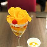 カフェ コムサ - マンゴーローズブーケのパフェ