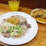 アジアカレーハウス - 金曜日のマトンビリヤニ、たまご、サラダ、チキンロースト。ドリンクつきで1200円になりました。