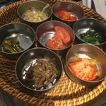 塩焼肉 二郎 - 自家製キムチ、ナムル7種盛り合わせ(3名分)