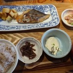 博多炉端 魚男 - ◆日替わり定食(880円:税込)・・この日のメインは「さわらの西京味噌漬け」、小鉢3品、ご飯、お味噌汁などのセット。