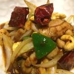 ムンランギットカフェ - 期間限定ディナーメニュー。鶏とカシューナッツのナムプリックパオ炒め!