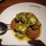 SHUTTERS - トマトとモツァレラ、バジルのサラダ