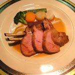 ウーベルチュール - 骨付き乳飲み仔牛のロースト。癖の少ないヘルシーなお肉です。