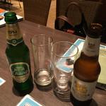 ゲウチャイ - シンハー(右)とチャーンビール