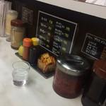 キッチン南海 - 卓上の調味料たち