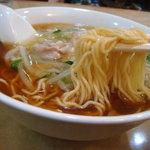 玉泉亭 - 麺は中太ストレート