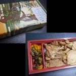 登利平 - 2016/10/10(月)。鳥めし松弁当735円のパッケージと中身