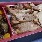 登利平 - 鳥めし松弁当には薄いムネ肉と食べ応えのあるモモ肉の2つが入っている。※梅だとムネ肉のみ