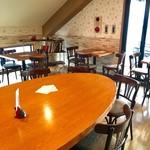 エスプリ・ド・ビゴ - 2階のカフェテリアは開放的な雰囲気。