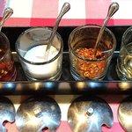 ティーヌン - タイ屋台料理 ティーヌン 海浜幕張店 タイの食卓基本4大調味料 左から プリックナンプラー(唐辛子入り魚醤)・ナムターン(砂糖)・プリックポン(乾燥唐辛子)・ナムソム(酢)