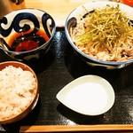蕎麦とラー油で幸なった。 - 肉そば(冷、 並)&肉増し、麦飯、山芋とろろ
