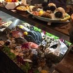 63675903 - こんな感じの食材を眺めつつ料理を相談する。