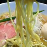 中華そば いづる - 低加水やや縮れ中細麺