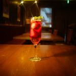 トライシクルカフェ - フローズン苺が5個入った苺梅酒スパークリング