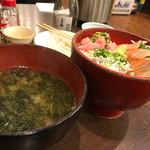 海鮮丼屋  海舟 - 丼物。サーモンとシラスの…サーモン好きの友人チョイス    アオサの味噌汁250円