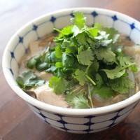 天津冬菜(テンシンドンツアイ)と鶏肉のフォー・パクチー盛り