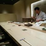 寿司割烹 魚紋 - 改装したばかりで綺麗