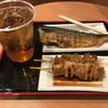 味の笛 - 料理写真:鯖焼き¥300、焼鳥¥130、鳥皮¥130、ウーロンハイ¥200。うーん、安い!