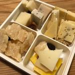 63755771 - 約2,000円のチーズの盛り合わせ。ハードタイプを中心に、ドライイチヂク等も入った一品です(*´-`*)