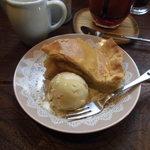 カフェ ソラ - 01 1年2ヵ月越しの『天然酵母のアップルパイ』、豆乳アイス添え。バター・卵・牛乳不使用、でも感激の美味しさ!