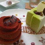 エスポワール - 【左】 レスポワール チョコレートを使ったムースの中にベリーのコンフィチュールとヘーゼルナッツのクリーム  【右】 ムースピスターシュグリオット ホワイトチョコとピスタチオのムースとグリオットチェリー