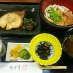 63839553 - 伊勢志摩産とれたて鮮魚のおすすめ定食(伊勢うどん付)1,300円(税込)ブリの煮物、ミニ伊勢うどん、青さの赤だし等々