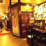 赤坂アリラン - 韓国風唐辛子の飾り&「いわて牛」の看板が