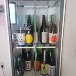 立ち呑み栗原 - 今日あった日本酒は26種類。自分でおちょこに注ぎます。