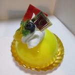 チョコレートショップ - ハチミツレモン380円、蜂蜜風味のホワイトチョコレートムースとレモンジュレを組み合わせた鮮やかなケーキです。