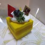 チョコレートショップ - マンゴーの石畳350円、マンゴージュレにマンゴーチョコムースを組み合わせたマンゴー尽くしのケーキです。