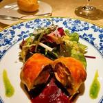 63932296 - 赤ワインで煮込んだ豚足とフォワグラのパイ包み焼サラダ仕立て